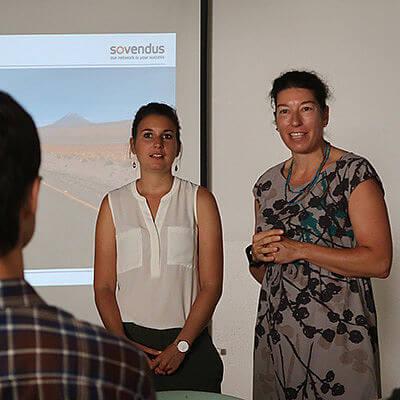 Zwei Frauen vor einer PowerPoint Präsentation