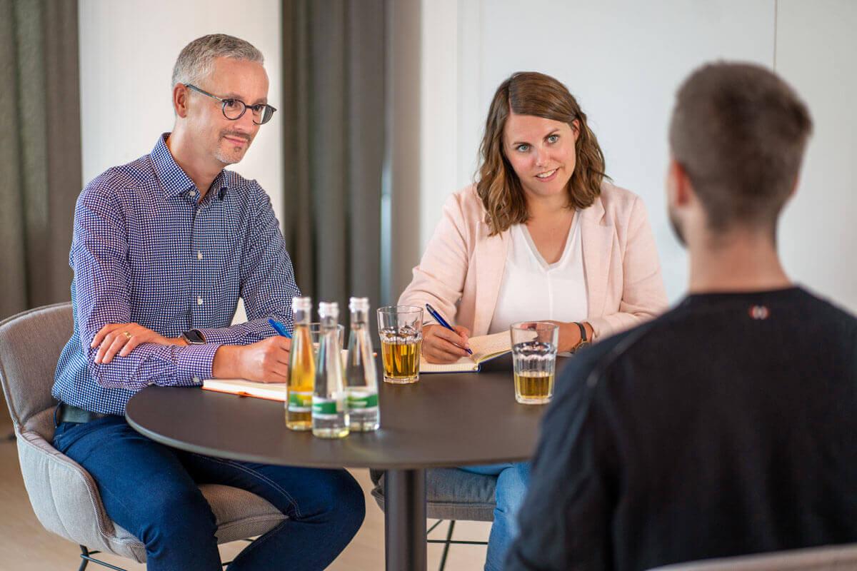 Zwei Vorgesetzte und ein Bewerber beim Bewerbungsgespräch