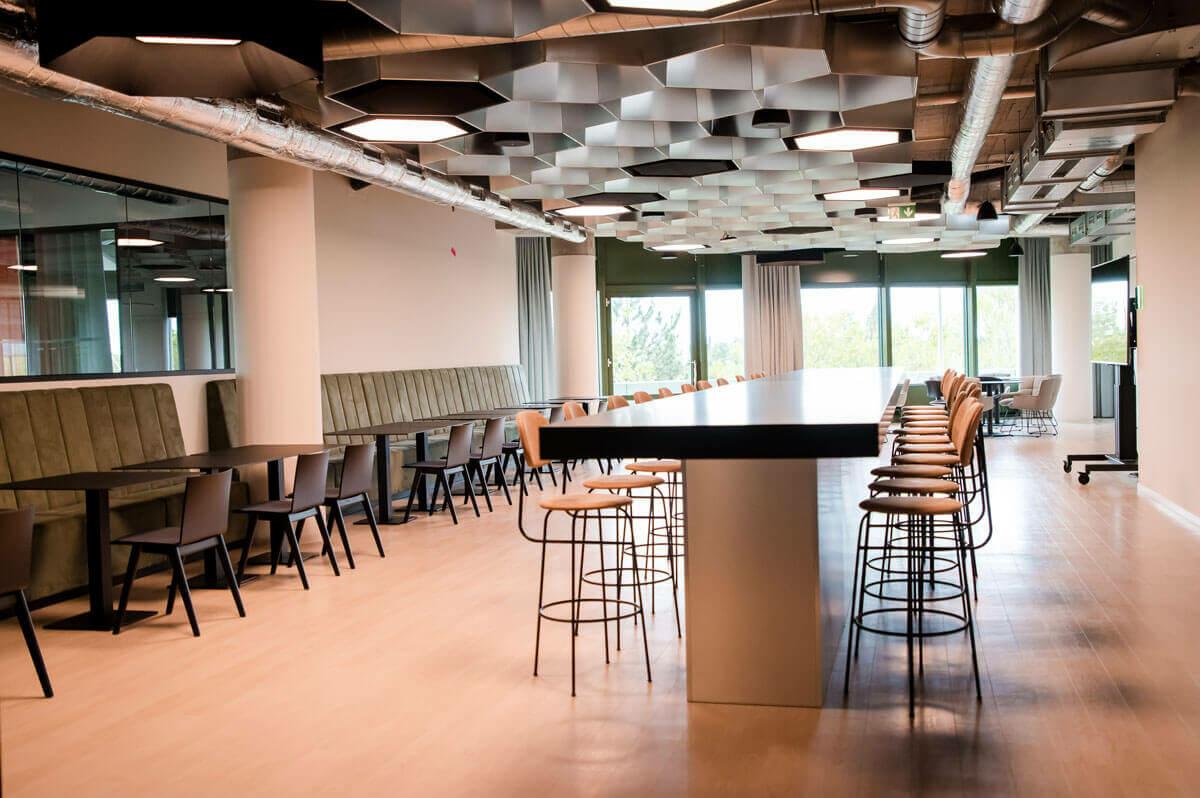 Der Martkplatz von Sovendus, mehrere Tische bieten viele Sitzmöglichkeiten für die Verkündung der News oder zum gemeinsamen Mittagessen.