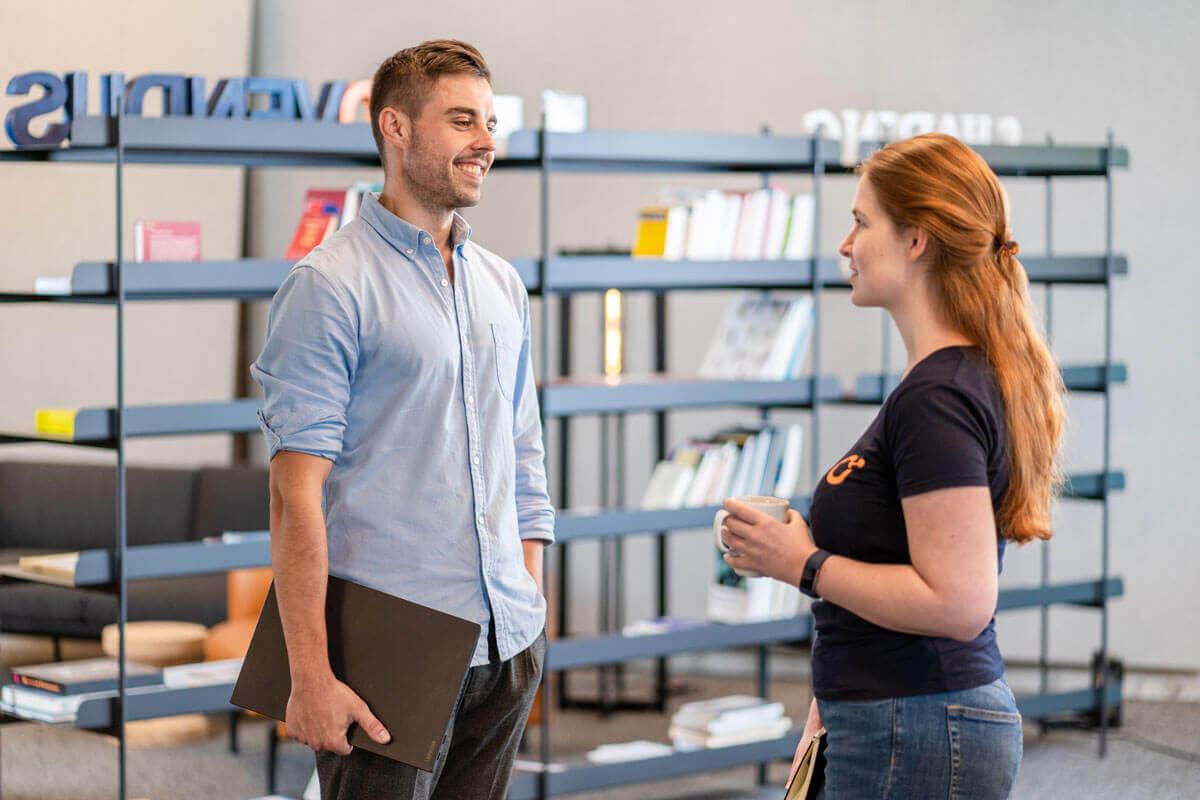 Zwei Mitarbeiter im Gespräch