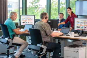 Vier Mitarbeiter von Sovendus bei der Arbeit.