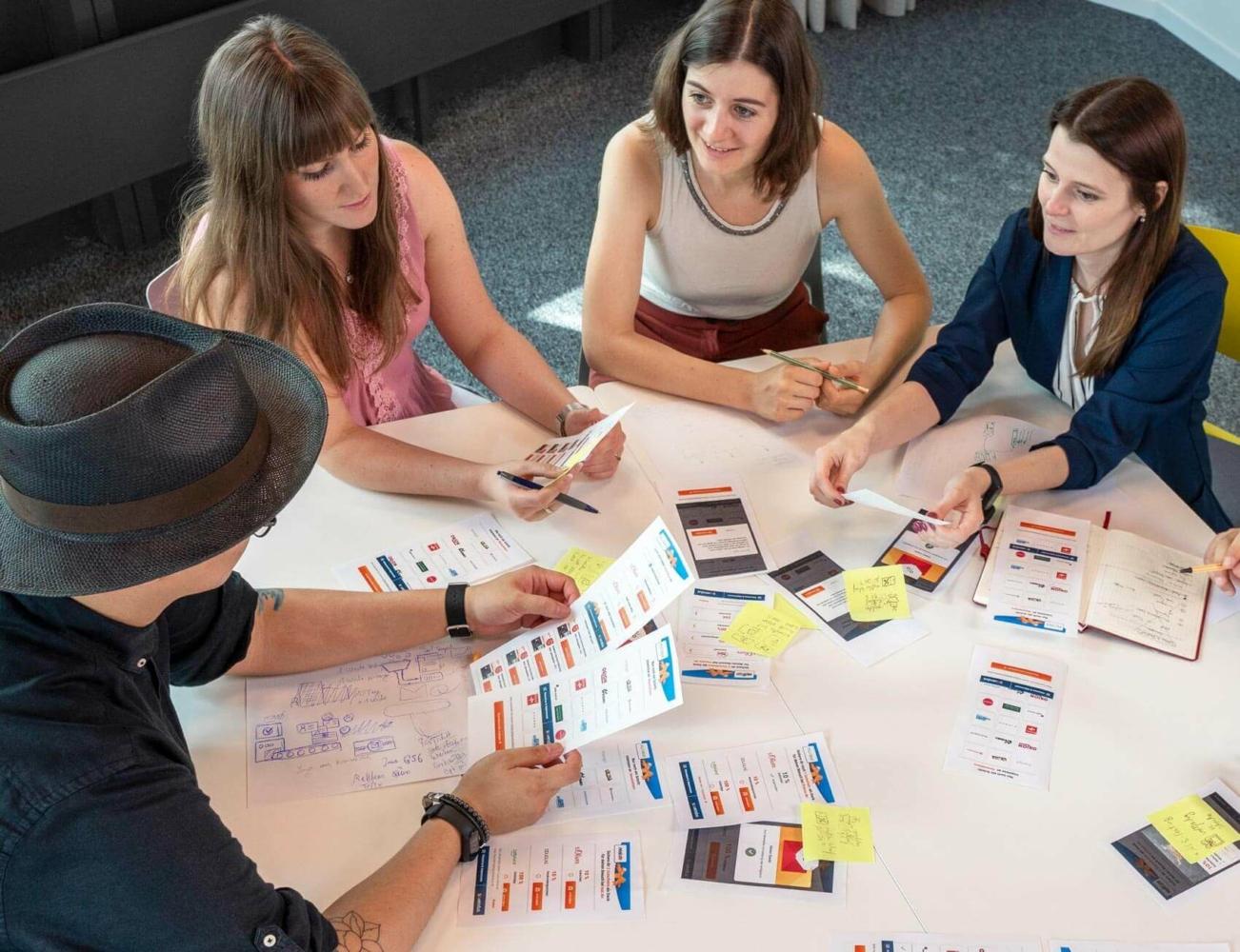 UX-Team arbeitet im Meeting an einem Tisch