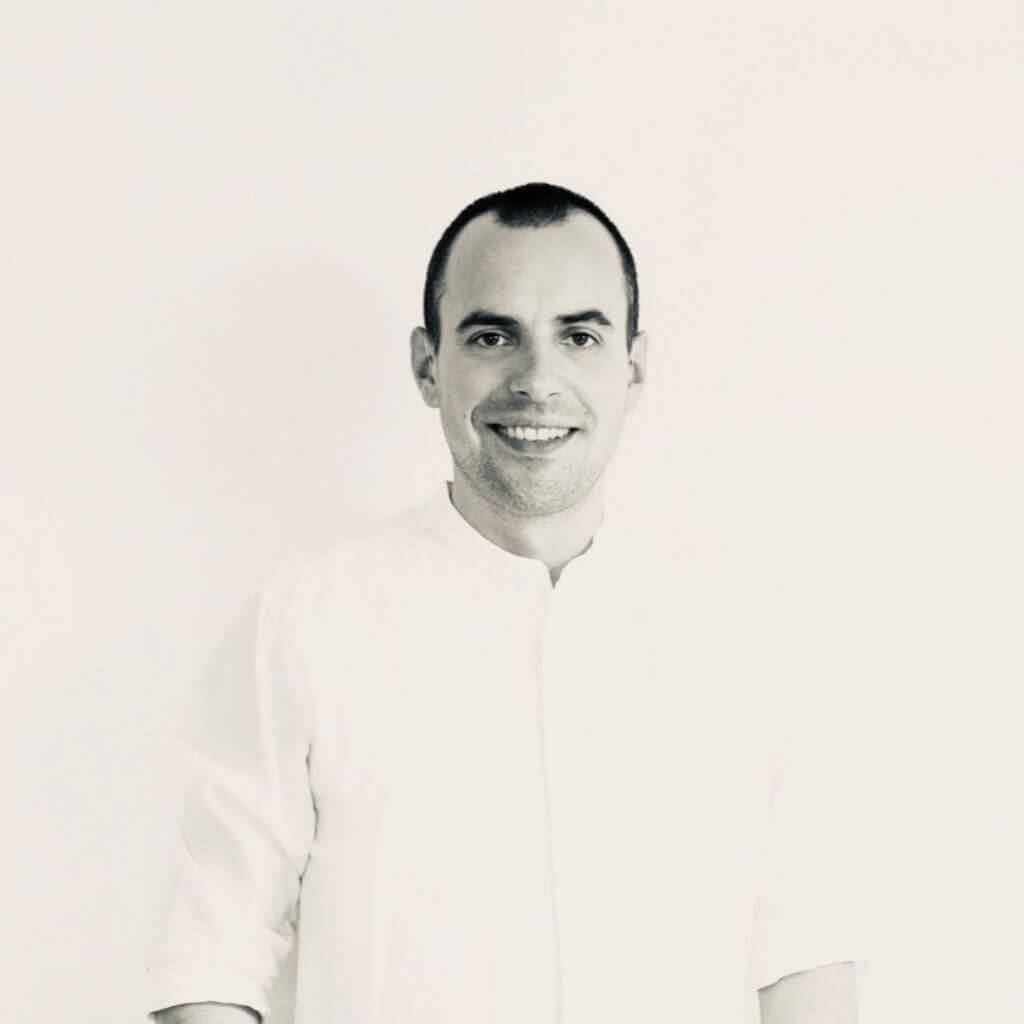 Lächelnder Mann in schwarz-weiß