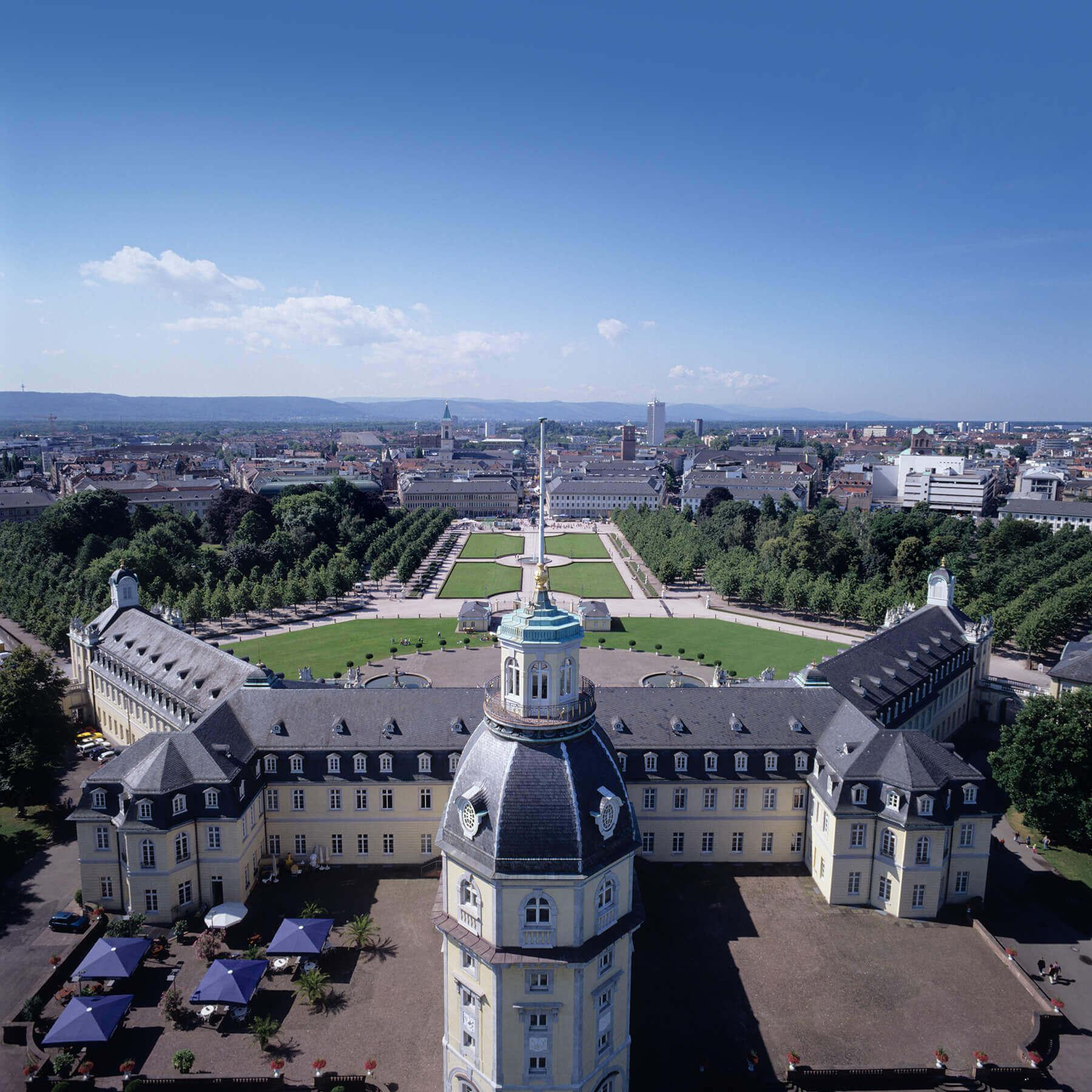 Schloss Karlsruhe mit Blick auf die Stadt